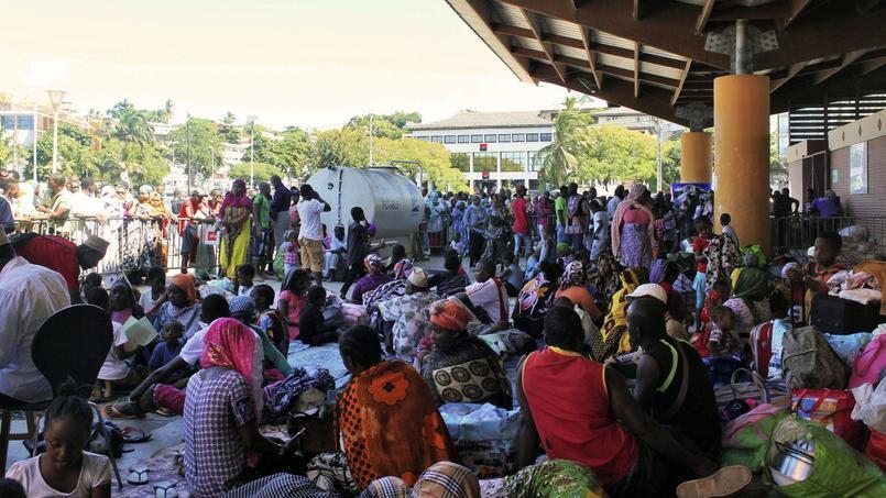 Square de la République à Mamoudzou, des étrangers en situation irrégulière viennent d'être expulsés au cours d'un «décasage» mené par des Mahoraisn le 15 mai 2016.