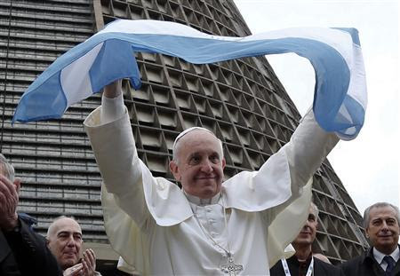 Pope Francis holds an Argentina flag outside the Metropolitan cathedral in Rio de Janeiro July 25, 2013. REUTERS-Stefano Rellandini