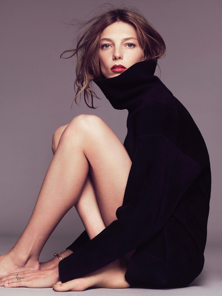 Le Fashion Blog -- Daria Werbowy In A Black Turtleneck Sweater & Red Lipstick -- Via Marie Claire France -- photo Le-Fashion-Blog-Daria-Werbowy-Black-Turtleneck-Sweater-Red-Lipstick-Via-Marie-Claire-France.png