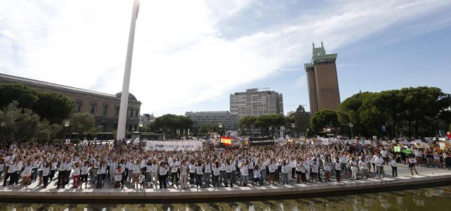 Miles de personas se concentran en la plaza de Colón de Madrid para protestar contra el Toro de la Vega.-