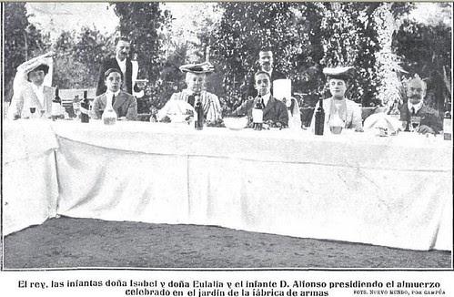 Alfonso XIII y la familia real (Infantes Alfonso, Eulalia e Isabel) en la fiesta automovilística del Real Automovil Club. Fábrica de Armas de Toledo, 1905