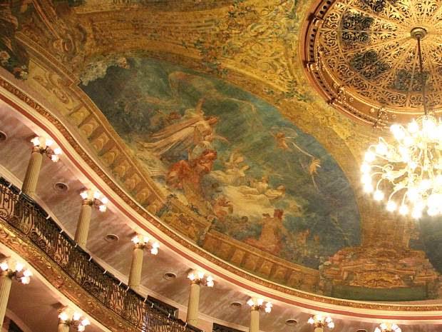 Pintura no teto da sala de espetáculos retratando a dança, a música e o teatro (Foto: Frank Cunha/G1 AM)