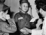 18 de abril. Los ninos Jack y Jeff Castro llevaban mas de 3 horas frente a la Embajada de Cuba porque no querian marcharse sin ver a Fidel a pesar de que permanecia cerrada la mision. Alguien lo comento con el Comandante y este los recibio en su habitación. Foto: Revolución.