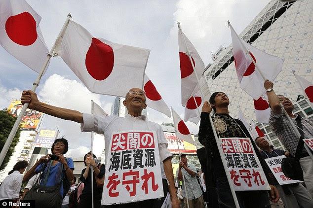 No Surrender: Manifestantes segurar bandeiras nacionais do Japão em um comício anti-China