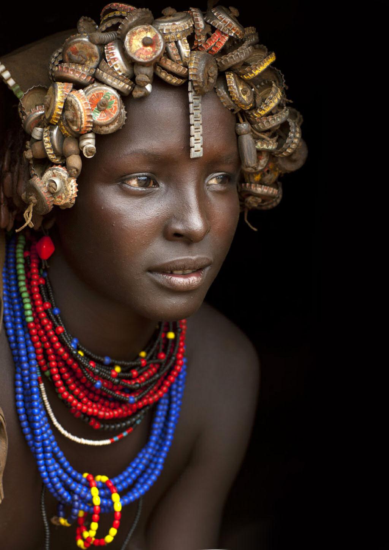 Tribo etíope recicla descartes do mundo moderno em acessórios de moda 13