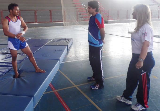 Ginasta maranhense Júnior da Conceição, o treinador Zeno Alhadef e a presidente da federação maranhense, Liane Bezerra Melo (Foto: João Ricardo/Globoesporte.com)