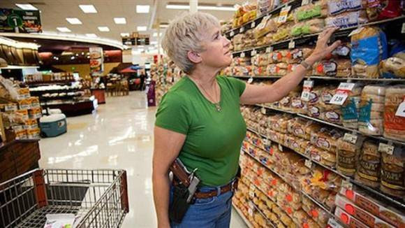 """Todos los propietarios de armas con licencia en el estado norteamericano de Texas, pueden comenzar a llevar las armas a la vista por primera vez desde 1871 en virtud de una ley de """"carry abierta"""" aprobada en la Legislatura de Texas dominada por los republicanos. A partir del año nuevo, casi 1 millón de personas en Texas que hayan superado un curso arma necesaria y tienen un permiso para portar armas ocultas se le permitirá llevar pistolas enfundadas, de acuerdo con la nueva ley."""
