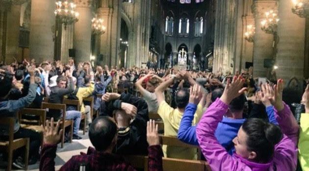 Πυροβολισμοί στην Παναγία των Παρισίων! Περίπου 1.000 επισκέπτες εγκλωβίστηκαν στον ναό