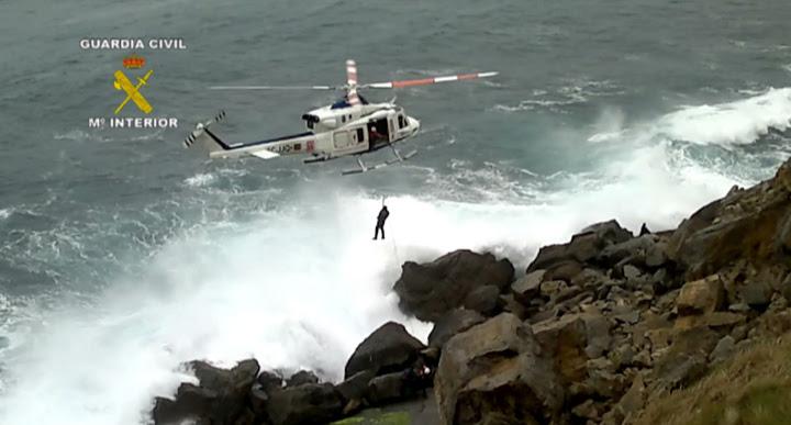 Rescatado un pescador caído en los acantilados de Punta Ballota
