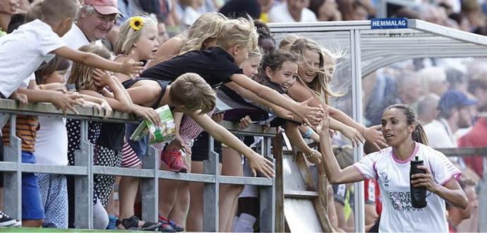 Marta é cumprimentada pelos fãs no jogo contra o Goteborg (Foto: Reprodução site oficial Rosengard)