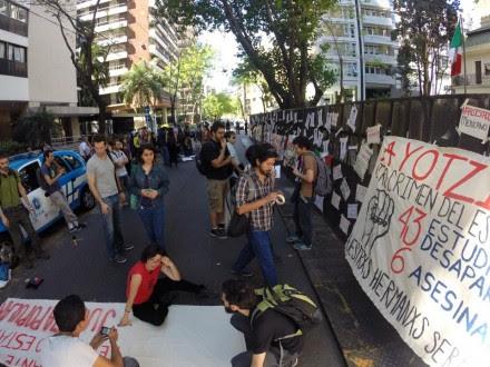 Protestas en la embajada de México en Argentina. Foto: Tomada de Facebook