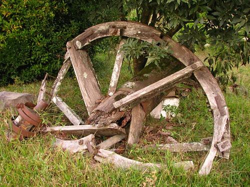 Velha roda de madeira