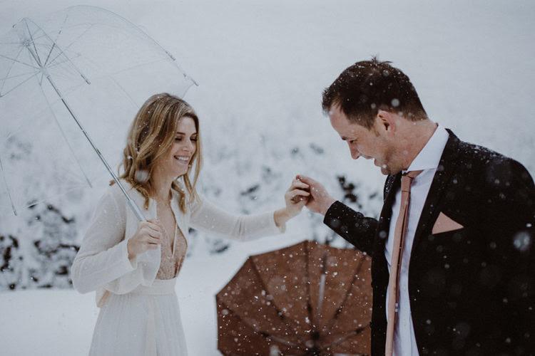 eine Neutrale Strickjacke über einem blush Hochzeit Kleid sieht himmlisch schön