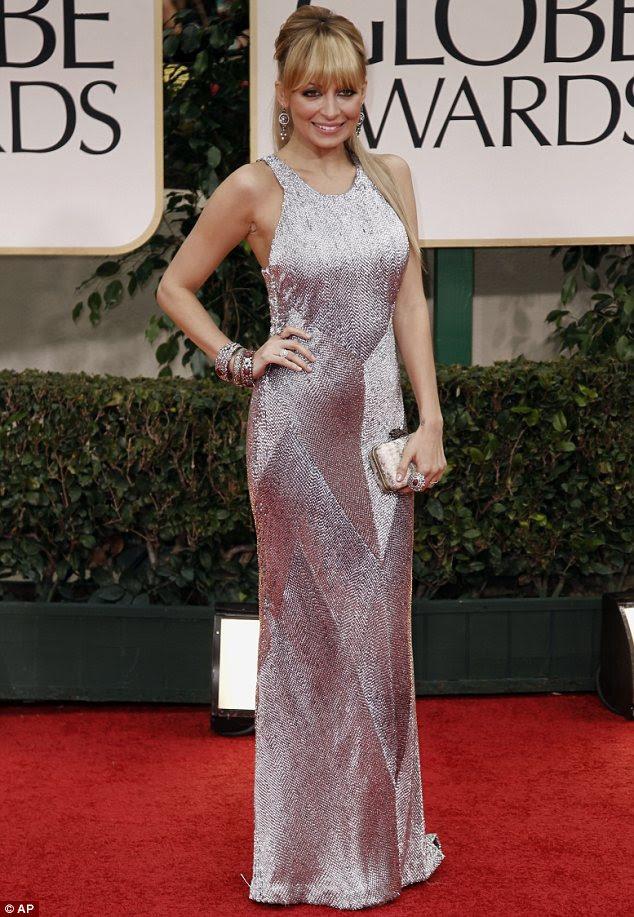 Piscando seu metal: Nicole Ritchie parecia deslumbrante em um vestido de prata cintilante andar de comprimento