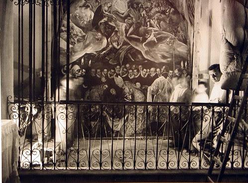 Tareas de protección contra bombardeos del lienzo del Entierro del Señor de Orgaz (El Greco), en la Iglesia de Santo Tomé (Toledo). Fotografía Rodríguez