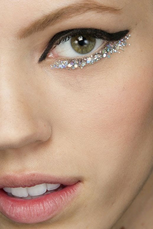 LE FASHION BLOG BACKSTAGE BEAUTY CHANEL COUTURE SS2014 BLACK AND GLITTER EYELINER 2 photo LEFASHIONBLOGBACKSTAGEBEAUTYCHANELCOUTURESS2014BLACKANDGLITTEREYELINER2.jpg