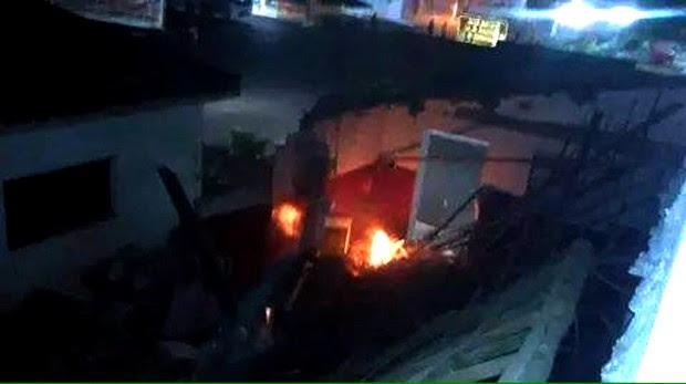 Segundo a PM, criminosos usaram uma carga excessiva de dinamite; explosão foi tão forte que destrui prédio e incendiou a agência (Foto: Cláudio Henrique/G1 )