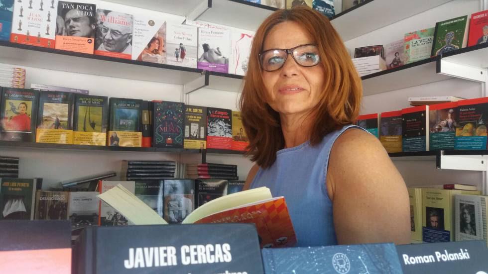 La librera Inmaculada González, en la Feria del Libro.