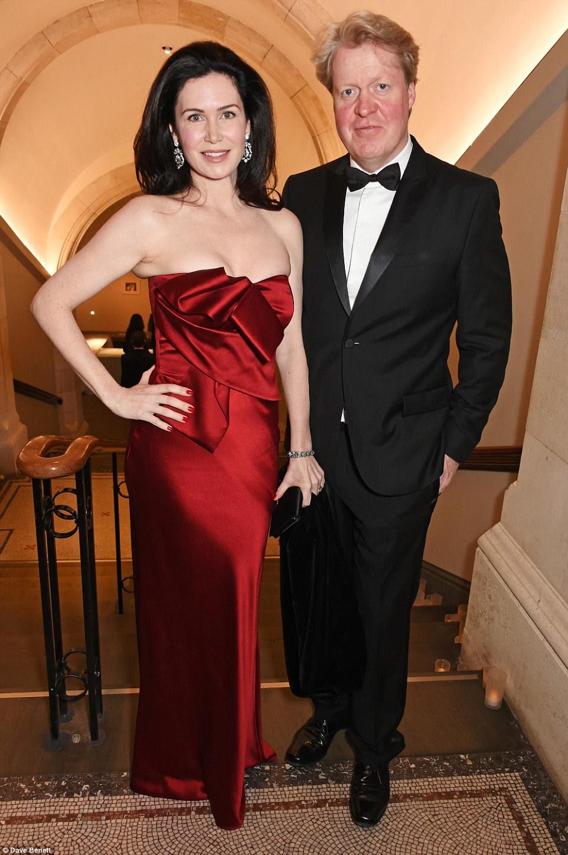 O irmão da princesa Diana, Earl Spencer, foi acompanhado por sua deslumbrante esposa Karen, a condessa Spencer, que parecia arrebatadora em um vestido vermelho sem alças