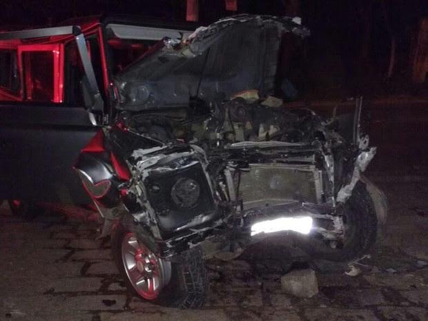 Homem ficou preso às ferragens em acidente em Ilhabela (Foto: Divulgação/ Corpo de Bombeiros)