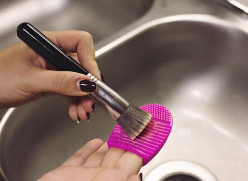 Πόσο συχνά και με ποιον τρόπο να καθαρίζετε τα βουρτσάκια του μέικ-απ