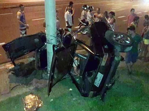 Carro ficou partido ao meio após batida em Limeira (Foto: Reprodução/EPTV)