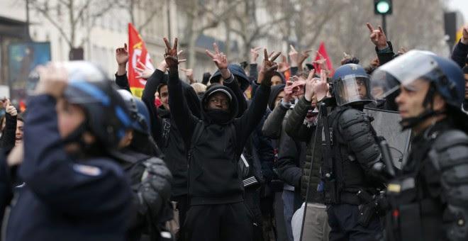 Estudiantes de secundaria y universitarios durante una protesta contra la reforma laboral del Gobierno francés en París.- REUTERS/Benoit Tessier