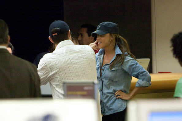 Nick Lachey and Vanessa Minnillo prepare to depart (Los Angeles Internationl Airport).