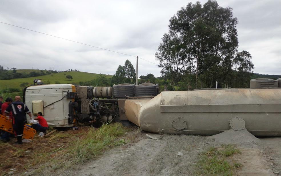 Carreta carregada com cimento a granel atingiu lateral de ônibus na BR-265 em Barbacena (Foto: Polícia Militar Rodoviária/Divulgação)