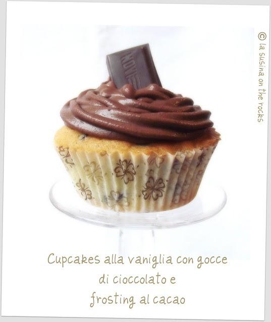 Cupcakes alla vaniglia con gocce di cioccolato e frosting al cacao