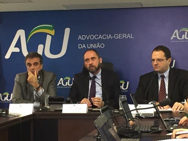Os ministros José Eduardo Cardozo (Justiça), Luis Inácio Adams (AGU) e Nelson Barbosa (Planejamento) concedem entrevista para falar sobre o julgamento das contas da presidente Dilma Rousseff no TCU (Foto: Reprodução / NBR)