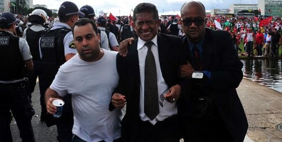 Vicentinho (PT-SP) é escoltado durante protesto organizado por CUT