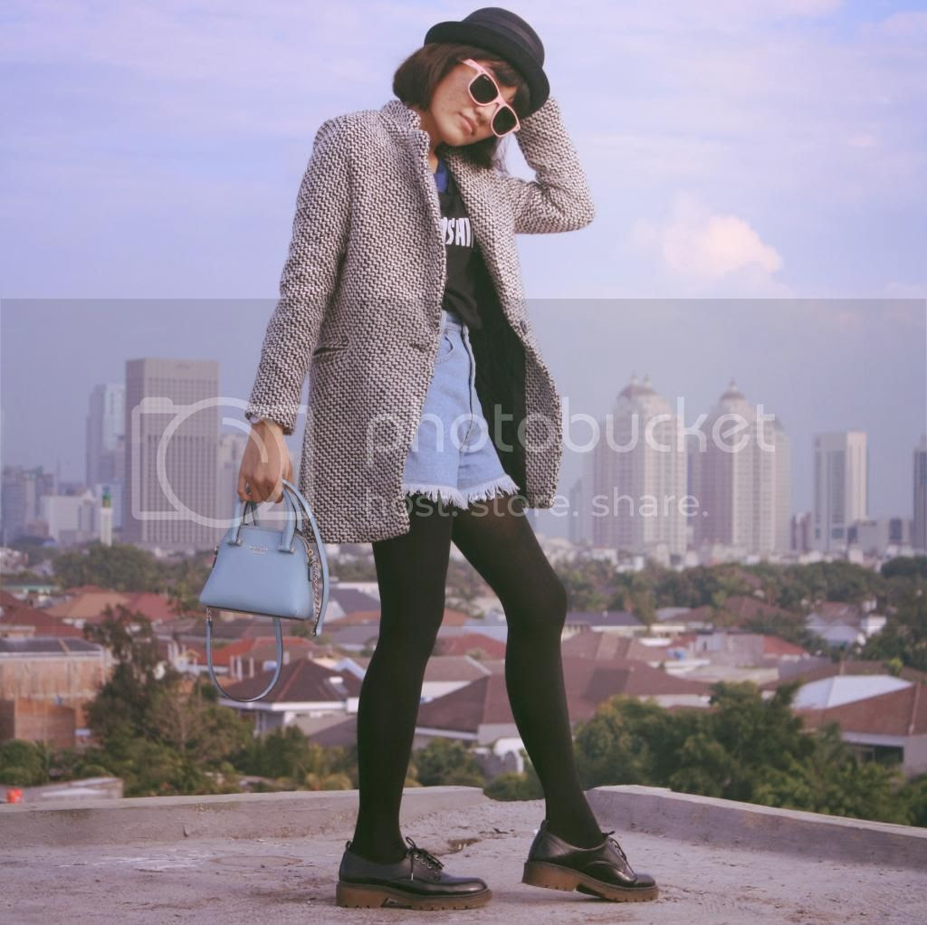 http://www.sheinside.com/Black-White-Notch-Stand-Collar-Long-Sleeve-Oversize-Coat-p-144640-cat-1735.html?utm_source=kinssy.blogspot.tw&utm_medium=blogger&url_from=kinssyjahja