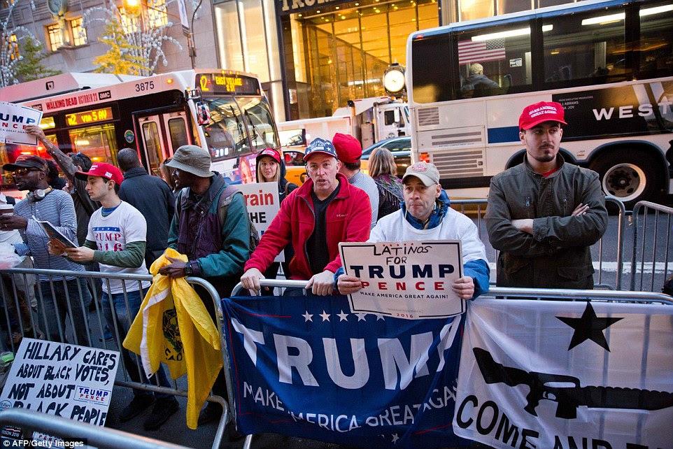 Apoiantes do candidato presidencial republicano Donald Trump se reúnem fora Trump Tower, em Nova York no dia da eleição