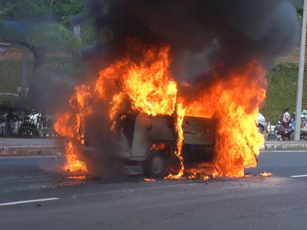 kombi pega fogo na avenida garibaldi bahia (Foto: Reprodução/TV Bahia)