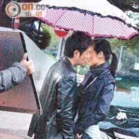 萬綺雯和李思捷差點在雨中咀嘴,十分浪漫。