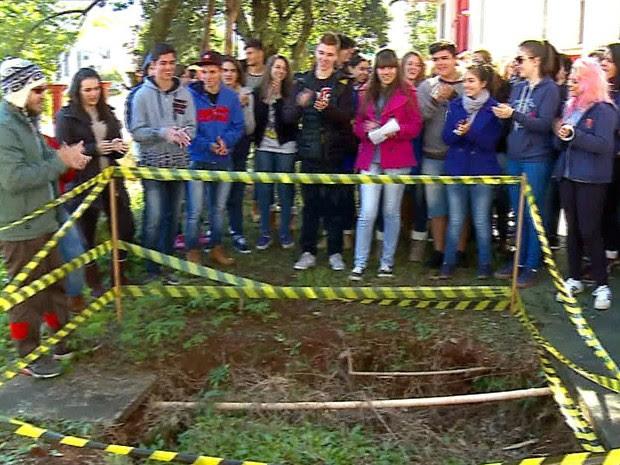 Alunos batem palmas para buraco que completa três anos  (Foto: Reprodução/RBS TV)