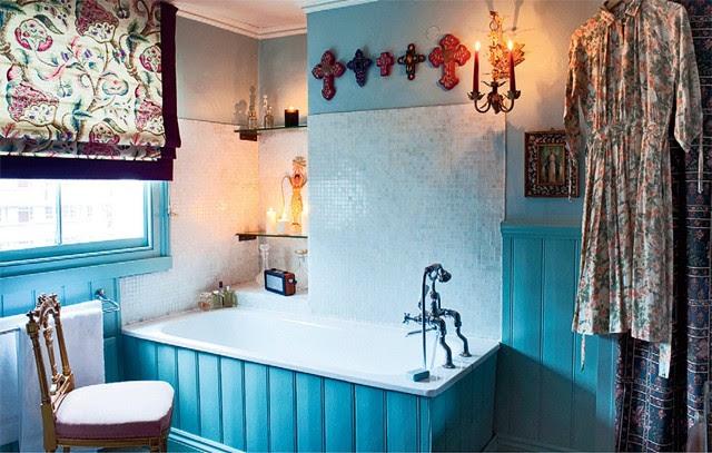 A banheira que é o refúgio favorito da cantora, com ripas de madeira à moda antiga  (Foto: Tim Beddow)