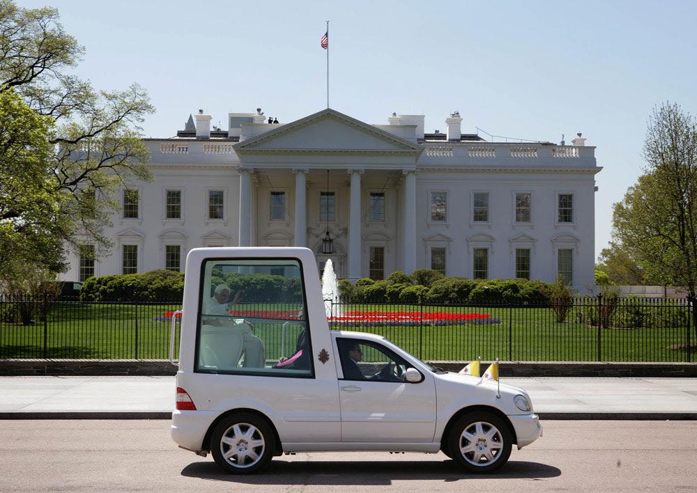 File: Popemobile passerar Vita house.jpg