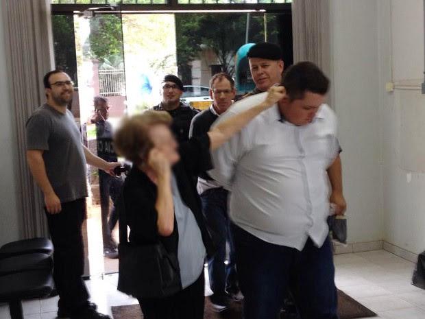 Suspeito de tentativa de golpe é repreendido por idosa na delegacia (Foto: Tiago Avila, divulgação/Grupo Repórter)