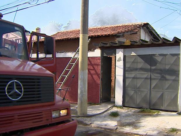 Casa teve quatro cômodos atingidos pelo fogo em São José dos Campos. (Foto: Reprodução/TV Vanguarda)