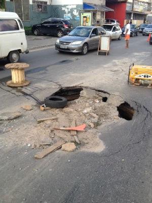 Buraco se formou na Avenida San Martin (Foto: German Maldonado/TV Bahia)