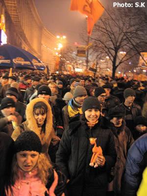 نيمه شب 2 دسامبر 2004 ، سويتا خلوکووا نويسنده يادداشت ها در ميان جمعيت: