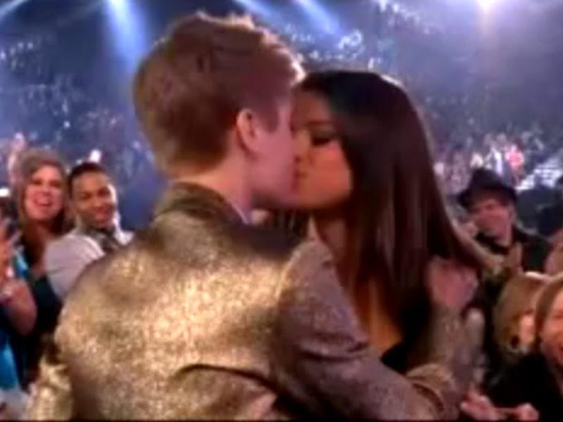 justin bieber and selena gomez billboard awards 2011. Justin Bieber kissing Selena