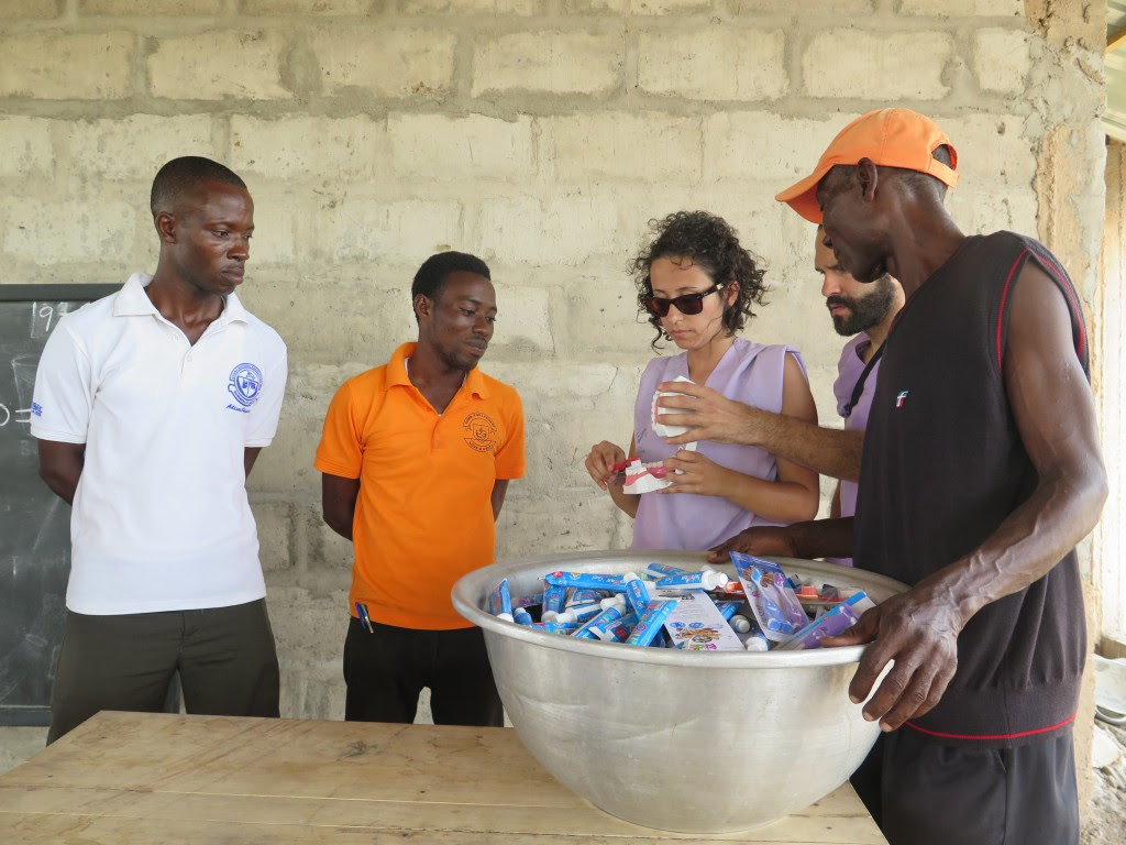 Distribución de material bucodental en Ghana.