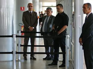 Homem armado (ao centro), que foi detido por seguranças do Palácio do Planalto; ele queria entregar petição à presidente Dilma. (Foto: Alexandre Almeida/G1)