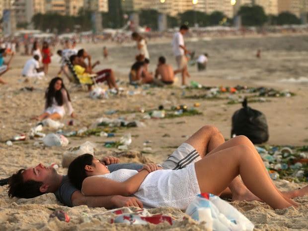 Casal dorme na areia de Copacabana no primeiro dia de 2014. (Foto: Fabio Motta/Estadão Conteúdo)
