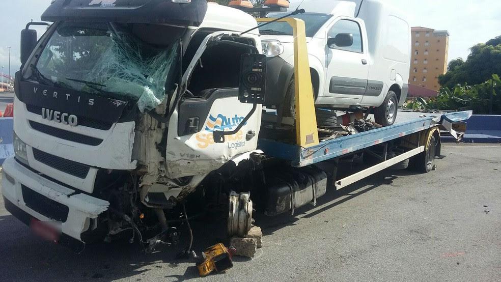 Motorista bateu guincho em canteiro central da Dutra; uma van foi arremessada para pista contrária (Foto: Divulgação/PRF)