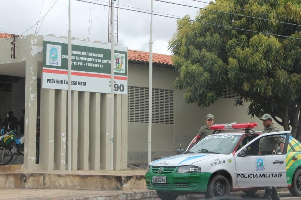 Policiais da 2ª Companhia Independente do Promorar prenderam a suspeita (Foto: Gil Oliveira/ G1)