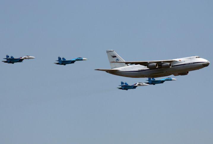 Antonov_An-124-100,_Sukhoi_Su-27,_Sukhoi_Su-30_(4712407476)